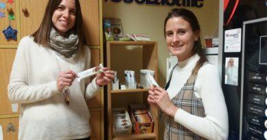 La delegación local de Benicarló instala un punto de comercio justo en la sala de profesores